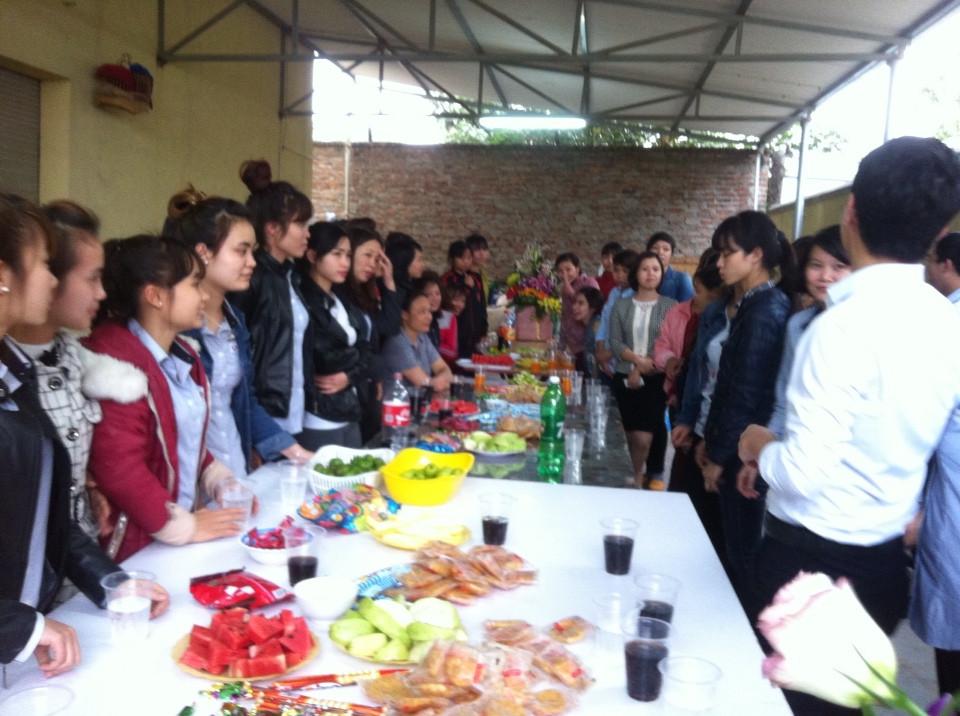 Một bữa liên hoan mừng sinh nhật của các thành viên nhà máy