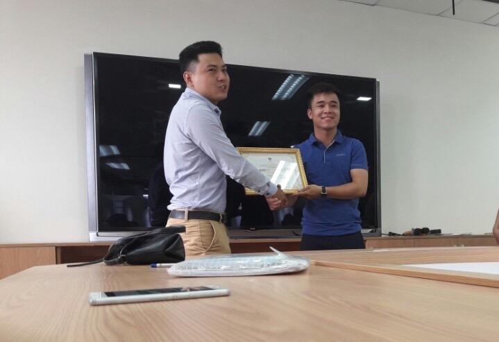 Hình ảnh Khánh nhận giải thưởng
