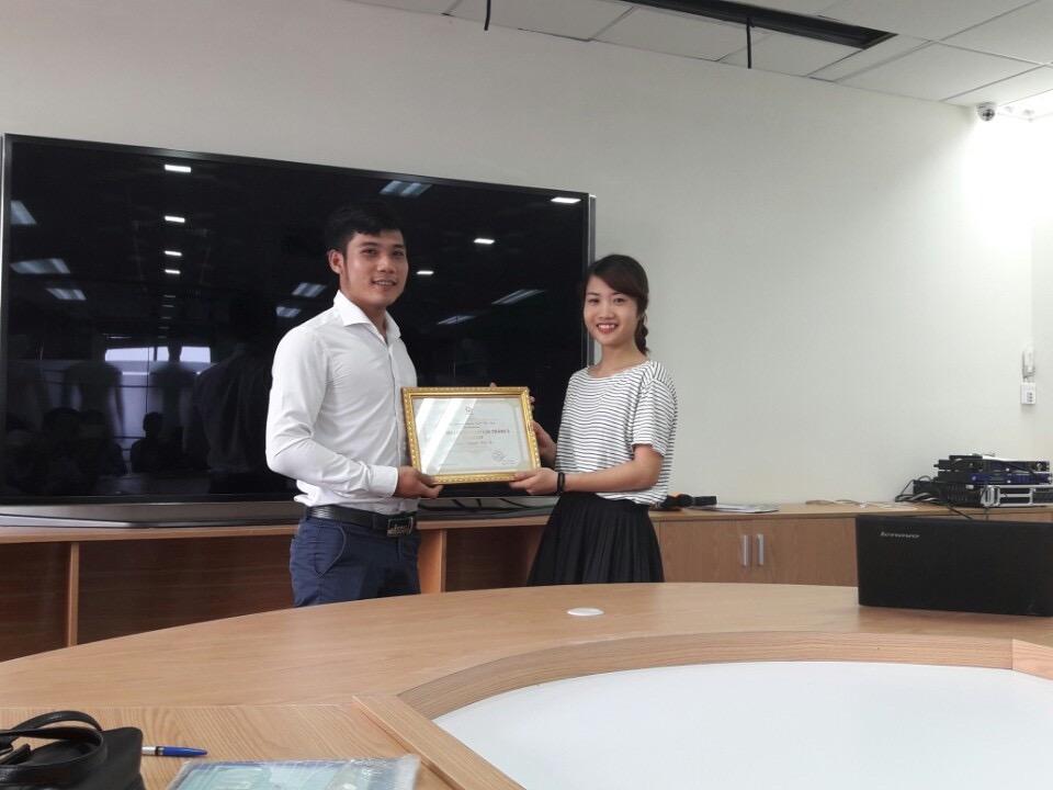 Bạn Nguyễn Văn Tứ nhận bằng khen từ đại diện phòng Nhân sự