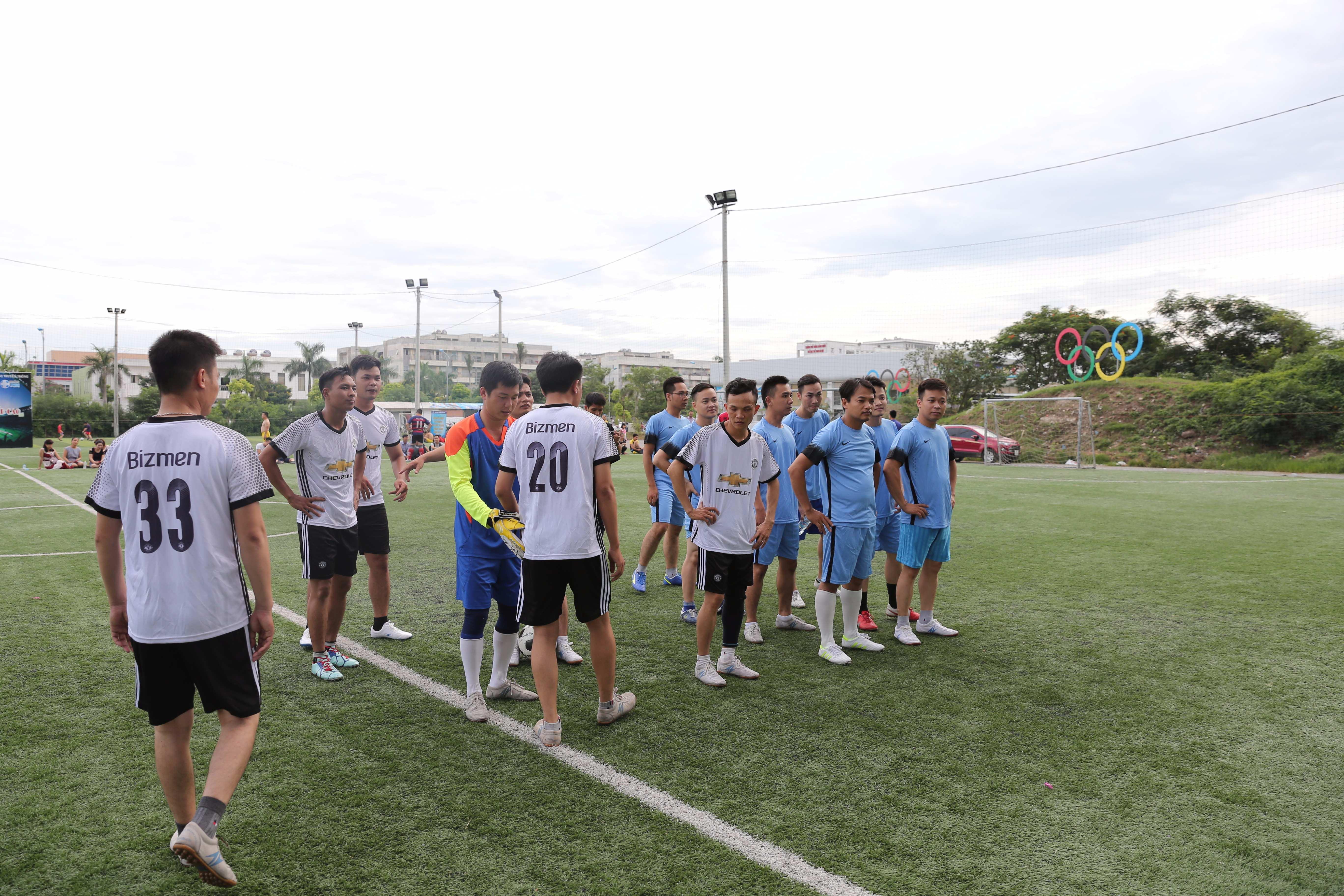 Các cầu thủ bắt tay giao hữu trước khi bắt đầu trận đấu