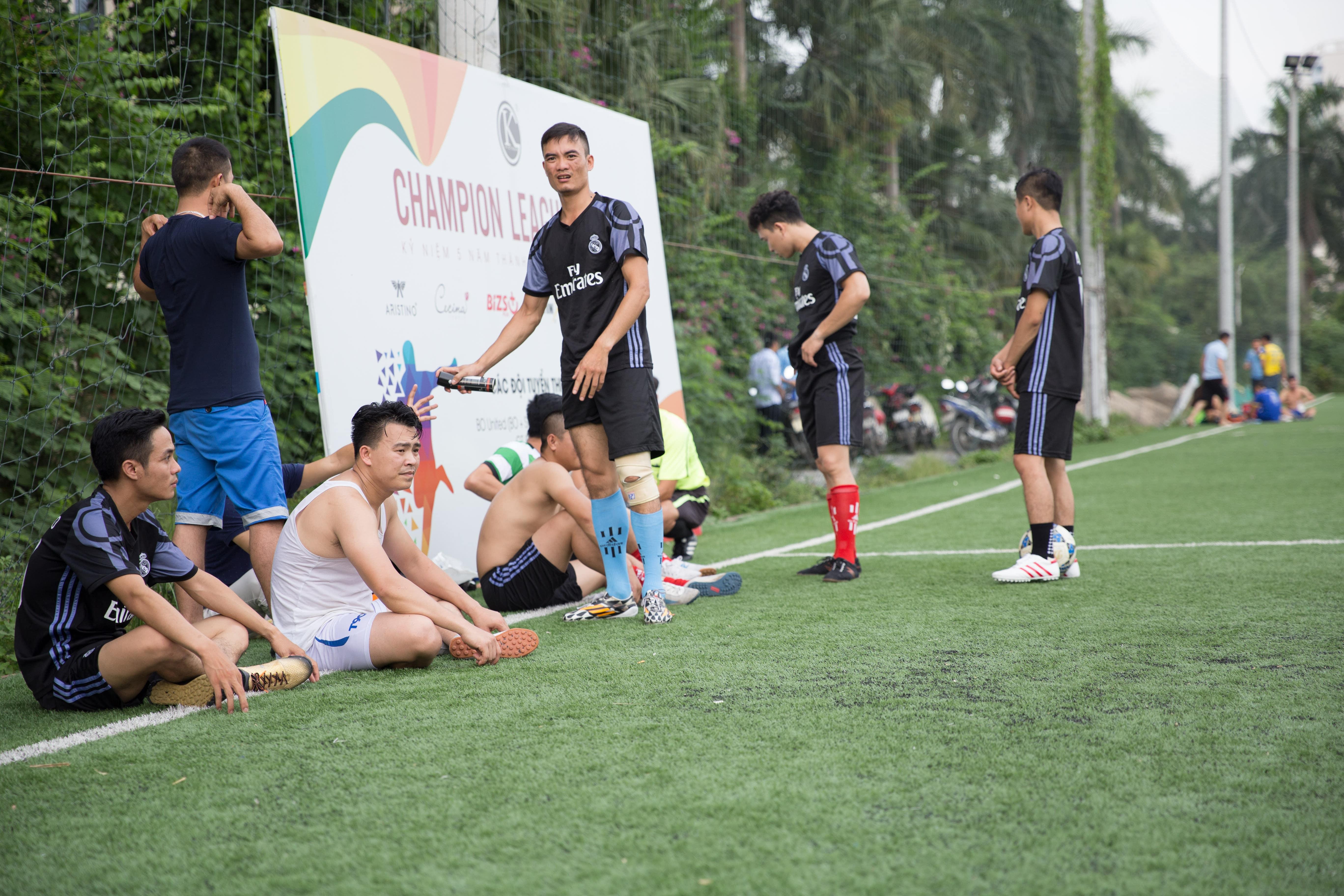 Cầu thủ Công Dẫn dù bị chấn thương nghiêm trọng nhưng anh vẫn kiên trì tới phút cuối với hy vọng cứu vớt tỷ số cho đội nhà.